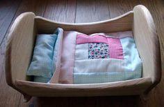 Una de las cunas con la ropa de cama hecha a mano.