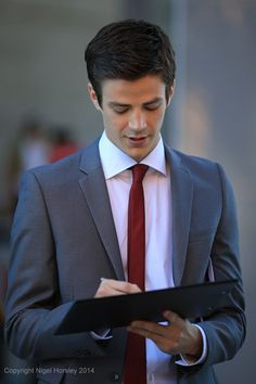 The Flash - Grant Gustin on set as Barry Allen. That suit looks so slick on him! Grant Gustin Flash, Thomas Grant Gustin, Grant Gustin Glee, Barry Allen Flash, Le Flash, Superman Lois, Flash Wallpaper, Snowbarry, Cw Series