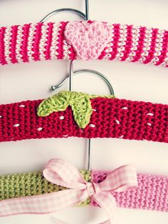 Percha de ganchillo - Crocheted hangers tutorial part the two-colored spiral hanger. Tutorial in German and English. Crochet Coat, Love Crochet, Crochet Gifts, Diy Crochet, Crochet Hooks, Basic Crochet Stitches, Crochet Patterns, Baby Kind, Crochet Accessories