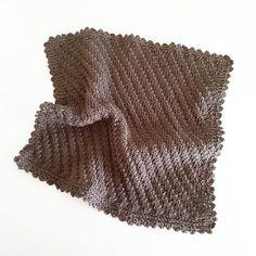 Dette er en af de mere enkle klude... Igen har jeg brugt en strikkepind og hæklenål str 3, og jeg har slået 68 masker op... Tag alt...