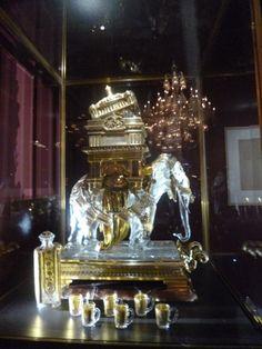 paris décembre 2014 132 paris décembre 2014 132  Présentée lors de l »exposition universelle de 1878 à Paris, cette cave à liqueur « éléphant » séduit ensuite le maharadja de Kapurthala. En cristal clair soufflé moulé, dépoli satiné avec une monture en bronze doré, flacons et gobelts à anses gravés et dorés, d'une hauteur de 65 cm.