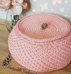 Adorei o formatinho desse cesto com tampa.. #crochet #croche #handmade #cesto #fiodemalha #feitocomamor #feitoamao #trapilho #totora #knit #knitting #basket #decor #cechepo #decoration #decoracao #artesanato #cestoartesanal #vaso #cachepodecroche #cestodecroche #cestorosa Por @hediyeliksuslerim