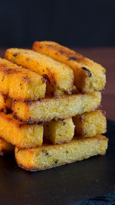 Polenta Fries With Garlic Aioli These baked polenta fries are crunchy on the outside and creamy on the inside. Meet your new favorite snack.These baked polenta fries are crunchy on the outside and creamy on the inside. Meet your new favorite snack. Baked Polenta, Polenta Fries, Cooking Polenta, Creamy Polenta, Cornmeal Polenta, Grilled Polenta, Fingers Food, Vegan Recipes, Cooking Recipes