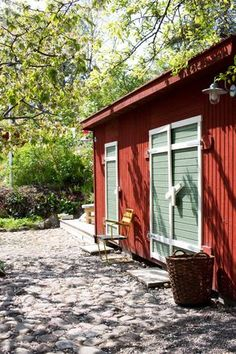 Idyllisk trädgård i Vaxholm Garden Shed Interiors, Interior Garden, Swedish Cottage, Red Cottage, Sweden House, Red Houses, House Siding, House Goals, Compact House
