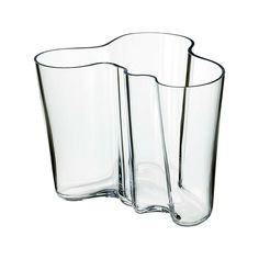 Design legend Alvar Aalto created his iconic series of glass vases in Inspired by the waves in water, it has become a staple of modern Scandinavian design. Each Alvar Aalto vase is unique and mouth blown at the Iittala glass factory in Finland. Design Vase, Glass Design, Scandinavian Furniture, Scandinavian Design, Helsinki, Alvar Aalto Vase, Plateau Design, Aqua, Clear Vases