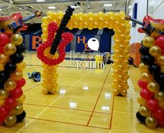 Rock N Roll! This square balloon arch features a balloon guitar. Combine it with a few matching columns and you have an entrance fit for any rockstar 50s Theme Parties, 70s Party, Party Time, Rock And Roll Dance, Rock And Roll Birthday, Splash Party, Balloon Arch Frame, Rockstar Party, Music Centerpieces