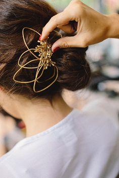 Bibiana la Lía : tocados para novias e invitadas : Tendencias de Bodas Magazine Wedding Hair Flowers, Flowers In Hair, Royal Jewelry, Beaded Jewelry, Pretty Hairstyles, Wedding Hairstyles, Cabello Hair, Headpiece, Fascinator