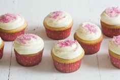 Decadent vanilla cupcakes recipe with silky white chocolate icing and tangy raspberries. To die for and very, very easy to make! Chocolate Icing For Cupcakes, Chocolate Ganache Icing, White Chocolate Cupcakes, Cupcake Day, Cupcake Icing, Cupcake Recipes, Baking Recipes, Winter Cupcakes, Vanille Cupcakes