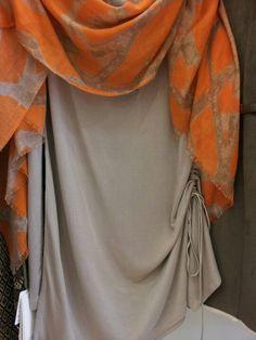 Mini abito drappeggiato e foulard arancio