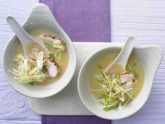 Miso-Suppe mit gebratenem Hähnchenfilet - Leichtes & gesundes Süppchen     Kalorien: 196   Zeit: 15 Minuten  http://eatsmarter.de/rezepte/miso-suppe
