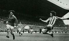 Man Utd 1 Huddersfield Town 1 in Nov 1970 at Old Trafford. George Best gets his cross over #Div1