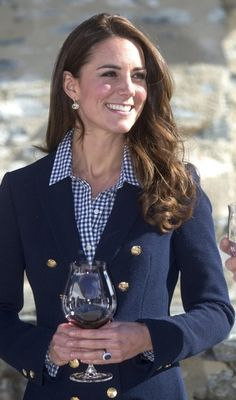 Kate Middleton Style: The duchess wears preppy chic Zara blazer for wine tasting event (PHOTOS) Kate Middleton Outfits, Moda Kate Middleton, Looks Kate Middleton, Estilo Kate Middleton, Kate Middleton Photos, Kate Middleton Fashion, Princesa Kate Middleton, Prince William And Kate, William Kate