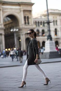 ミラノ女性は定番アイテムにはシンプルで質の良いものを選びます。ラフなジーンズにも上質なジャケットを羽織ることでミラノ流のおしゃれが楽しめます。