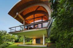 A inspiração de hoje é uma pequena casa, mas muito moderna e cercada por natureza.  Conheça o projeto Casey Key Guest House