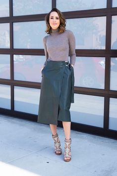 Day To Night: Styling a Midi Skirt - Front Roe by Louise Roe Green Leather Skirt, Leather Midi Skirt, Essential Wardrobe Pieces, Modest Fashion, Fashion Outfits, Chic Winter Outfits, Look Street Style, Fashion Looks, Look Chic
