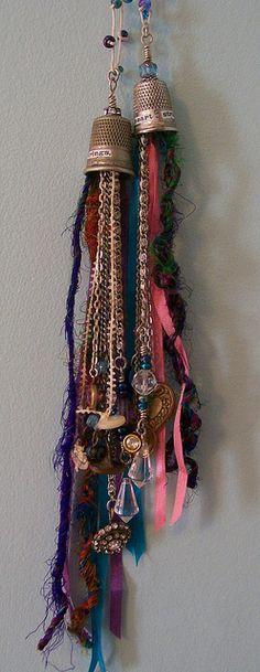 la bonne idée de survie des vieux dés à coudre !!! vintage thimbles, beads, buttons, baubles and fibers.