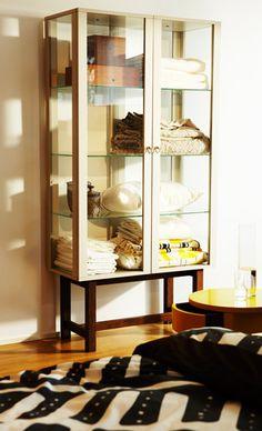 Beige STOCKHOLM vitrinekast gevuld met beddengoed - IKEA