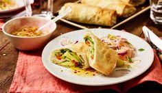 Wie wär's mal mit einer veganen Frühlingsrolle? Dafür brauchst du saftige Zucchini, rote Chilischoten, knackige Möhren und Lauch, weißen Aceto Balsamicio, Bambussprossen, Filoteig und natürlich die beliebte würzige Soja-Soße.