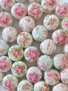 Que tal decorar superfícies sem graça com um montão de botões forrados? Um charme!