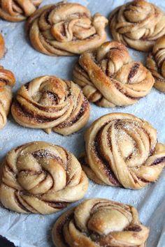 The Good Life Kanelbullar - Zweedse kaneelbroodjes Dutch Recipes, Baking Recipes, Sweet Recipes, Dessert Recipes, Desserts, Appetizer Recipes, I Love Food, Good Food, Yummy Food