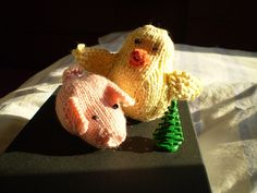 This mini knitting pattern for a pig and chick are just what you need to decorate with this Easter.