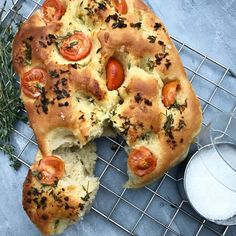 Foccacia med hvidløg, timian og tomat   Mummum.dk Food Crush, Bread N Butter, Tapas, Grilling, Food And Drink, Lunch, Snacks, Vegan, Dinner