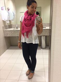 Calça jeans, camiseta branca e pachimina pink, outono
