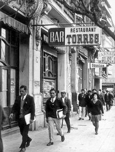 1971 Un Barros Luco a media mañana, compartida por Mario Cordova Perez en facebook | Flickr - Photo Sharing! Old Pictures, South America, Street View, Memories, Black And White, Travel, Bar Signs, Canon, Buildings