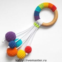 Baby Knitting Patterns Toys Since I first noticed such a crochet baby rattle grabbing thing … Da fiel mir zum ersten Mal so ein häkelnes Baby rasselndes Ding auf . That's the primary time I touched a crocheted child with rattles . with # rattles Crochet Baby Toys, Crochet Diy, Crochet Amigurumi, Amigurumi Doll, Baby Knitting, Knitting Toys, Baby Crafts, Handmade Toys, Rainbow Colors