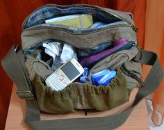 La borsa della nostra stagista Laura che si porta appresso una farmacia ambulante :-D http://www.milady-zine.net/whats-in-my-bag-4-la-mega-borsa-di-laura/