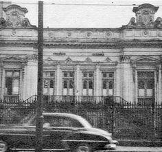 <BR>COLÉGIO JACOBINA <BR>Botafogo <BR>1953 <BR> <BR>FOTO ANTONIO ROCHA <BR> <BR> <BR>Uma noticia publicada ontem no jornal O Globo deixou muito carioca boquiaberto e revoltado: o belíssimo jardim do palacete da família Paula Machado em Botafogo corre o serio risco de ser desmembrado em três para a construção de prédios. A casa foi salva felizmente, mas o belo jardim corre o risco de desaparecer. <BR> <BR>Na foto de hoje temos o casarão onde funcionou durante anos o Colégio Jacobina…