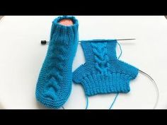 Cheveux chaussettes chaussettes modèle / chaussettes hommes et femmes faisant / comment faire chaussons / chaussettes tricot crochet - Вязание крючком - Knitted Booties, Knit Boots, Knitted Slippers, Knitting Videos, Free Knitting, Knitting Socks, Knitting Projects, Half Socks, Crochet Baby
