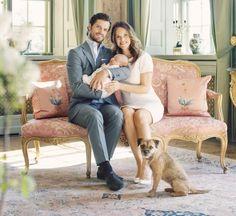 Fünf neue zuckersüße Familienbilder veröffentlichte das Schwedische Königshaus am 13. Mai, Carl Philips 37. Geburtstag. Mit dem Baby-Prinzen Alexander (ein Monat)auf dem Arm posieren Sofia und ihr Mannin ihrem neuen Zuhause, Schloss Drottningholm. AuchBorder Terrier Siri darf auf dem Familienbild nicht fehlen.