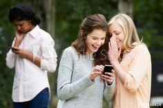 Fotos, lizenzfreie Bilder, Grafiken, Vektoren und Videos von Mobbing Handy | Adobe Stock