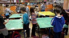 Klasę dzielimy na grupy pięciosobowe. Każda grupa otrzymuje dwie packi na muchy, obrus foliowy z zapisanymi wynikami, narysowanymi muchami ...