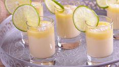 Receta con foto de Vasitos de lima y coco, una delicia cremosa con leche de coco muy fácil de preparar con el paso a paso de Alma Obregón.