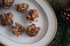Cornflakestoppe er sådan et rigtig hyggeligt nostalgitrip, med de knasende sprøde cornflakes, vendt i chokolade og formet til små kugler, hvor chokoladen knap fik lov at stivne inden den første skulle