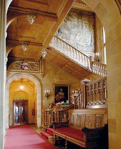 """Fans von """"Downton Abbey"""" dürfte dieses Treppenhaus bekannt vorkommen: Hier im Highclere Castle wird die Serie gedreht. Ab Februar kann man auf dem Anwesen sogar übernachten: http://www.travelbook.de/europa/Hoteleroeffnung-am-Drehort-der-Kultserie-Auf-Downton-Abbey-kann-man-jetzt-Urlaub-machen-593427.html"""
