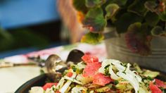 Rhabarber und Grapefruit verleihen dem Salat eine angenehm-frische Säure: Fruchtiger Fenchel-Selleriesalat   http://eatsmarter.de/rezepte/fruchtiger-fenchel-selleriesalat