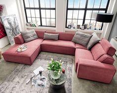 weinrote Wohnlandschaft Bernis | Großzügig in der U-Form bietet das Sofa mit weichen Polstern Gemütlichkeit im großen Maße für die ganze Familie. #red #couch #modern #MoebelLETZ