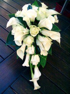 ramode novia en cascada con calas y rosas blancas