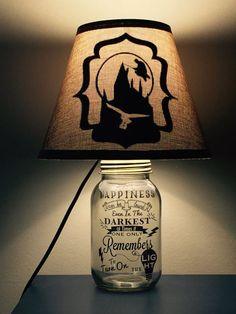 Harry Potter inspiriert Mason Jar Lampe Harry Potter inspired Mason Jar lamp by PracPerfCrafts on Etsy Glitter Mason Jars, Painted Mason Jars, Mason Jar Diy, Mason Jar Crafts, Mason Jar Lamp, Décoration Harry Potter, Estilo Harry Potter, Harry Potter Nursery, Harry Potter Birthday