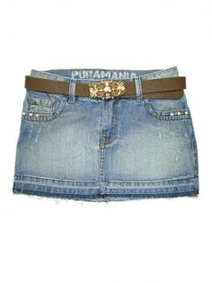Saia Puramania jeans com barra desfiada e aplicação de brilho nos bolsos. Acompanha cinto marrom com fivela dourada com brilho.