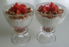 Aardbeien, magere yoghurt en fitness ontbijtgranen
