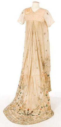 Heavily embroidered dress back (Centre de Documentació i Museu Tèxtil) 1800s Fashion, 19th Century Fashion, Vintage Fashion, Jane Austen, Vintage Gowns, Vintage Outfits, Regency Dress, Regency Era, Jeanne Lanvin