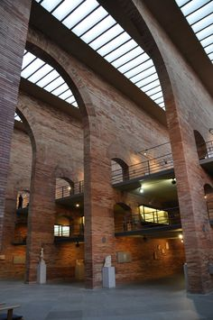 The National Museum of Roman Art in Merida (Spain) (MNAR) was inaugurated on September 1986 in its current location, designed by the architect Rafael Moneo. Architecture Design, Amazing Architecture, Contemporary Architecture, Landscape Architecture, Landscape Design, Art Romain, Urban Loft, Cottage Style, Construction