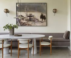 Interior designer Mike Powers and design writer Anthony Iannacci have turned their apartment on the floor of a Los Angeles tower into a highly personal mid-century-modern-inspired retreat. Dining Room Banquette, Banquette Seating, Dining Room Furniture, Dining Table Bench Seat, Dining Bench With Back, Sofa Dining Table, Upholstered Dining Bench, Casa Park, Casa Milano