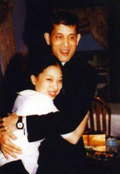 """ความรักอันแสนอบอุ่น """"สมเด็จพระบรมโอรสาธิราชฯ-พระโอรสพระธิดา"""" King Rama 10, Queen Sirikit, Bhumibol Adulyadej, King Of Kings, Historian, Southeast Asia, Thailand, Couple Photos, Bangkok"""