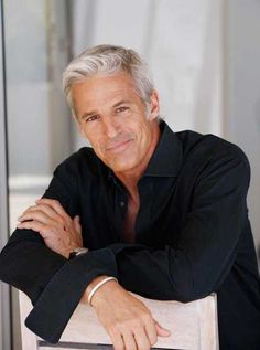 Don't know who he is but he looks very comfortable with his silver hair. Hot Men, Silver Foxes Men, Older Mens Fashion, Men Over 50, Men With Grey Hair, Gray Hair, Ageless Beauty, Super Hair, Mature Men