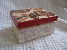 Pudełko drewniane wykonane techniką decoupage,wieczko od wewnątrz wyścielane aksamitem, od zewnątrz lakierowane na wysoki połysk. Wymiary: 9,5x7,5x5cm.